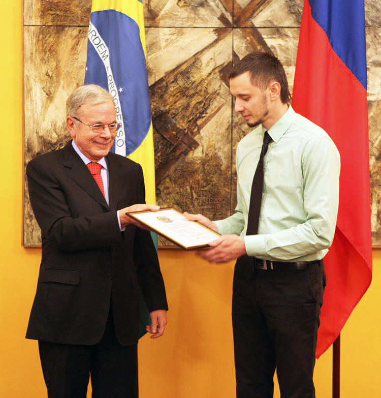Посол Бразилии вручает благодарственную грамоту директору Бразильского культурного центра Баскакову Руслану